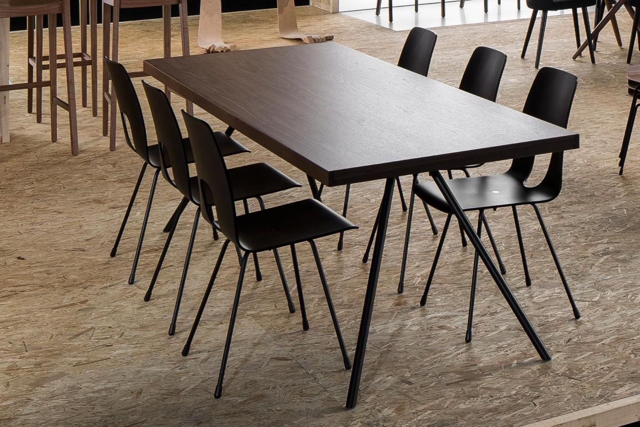 Ateliertisch mit Einpunktstuhl